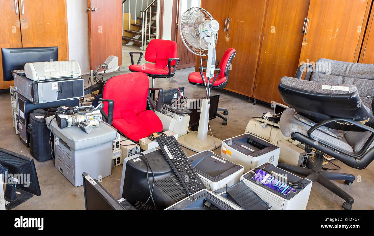 Chaises de bureau cassé et les déchets électroniques dans le magasin Photo Stock