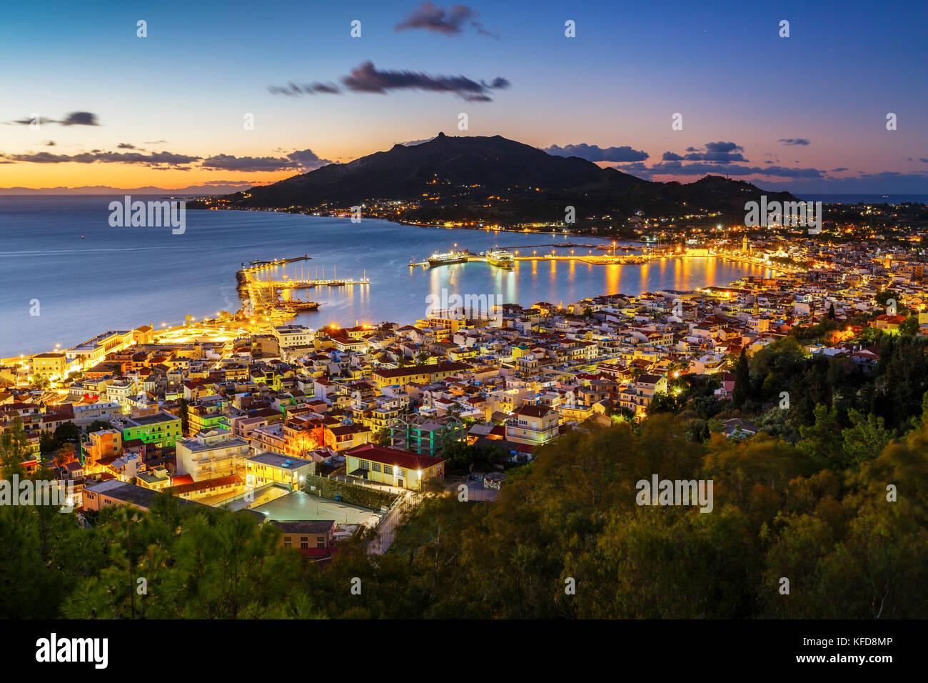 Le lever du soleil sur la ville de Zakynthos et son port, la Grèce. Banque D'Images