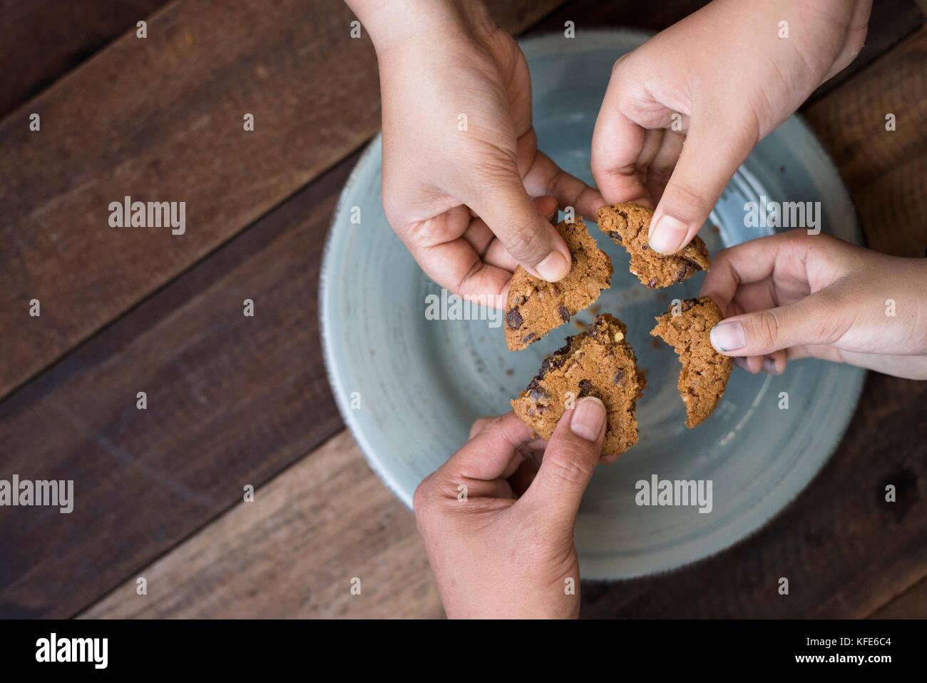 Notion de partage - partage de la famille cookies Photo Stock