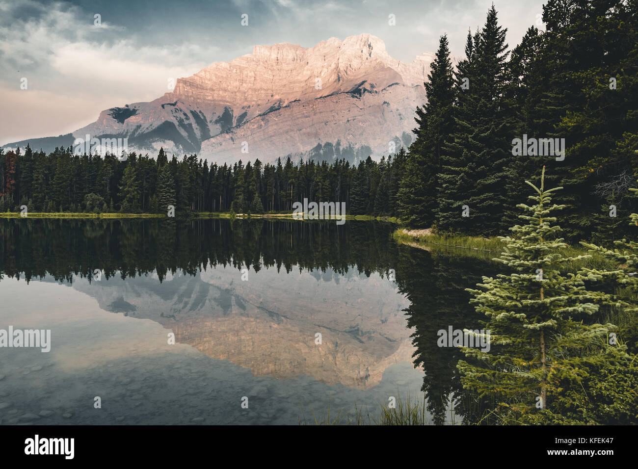 Le lac Two Jack avec des réflexions de montagne le long des deux jack lake Photo Stock