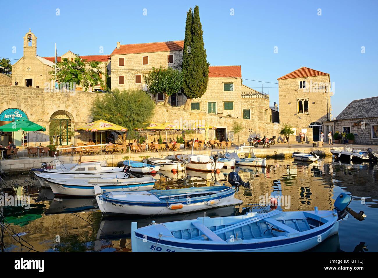 Petit port de plaisance de pêche du village bol sur l'île de Brac, mer Adriatique, mer méditerranée, Photo Stock