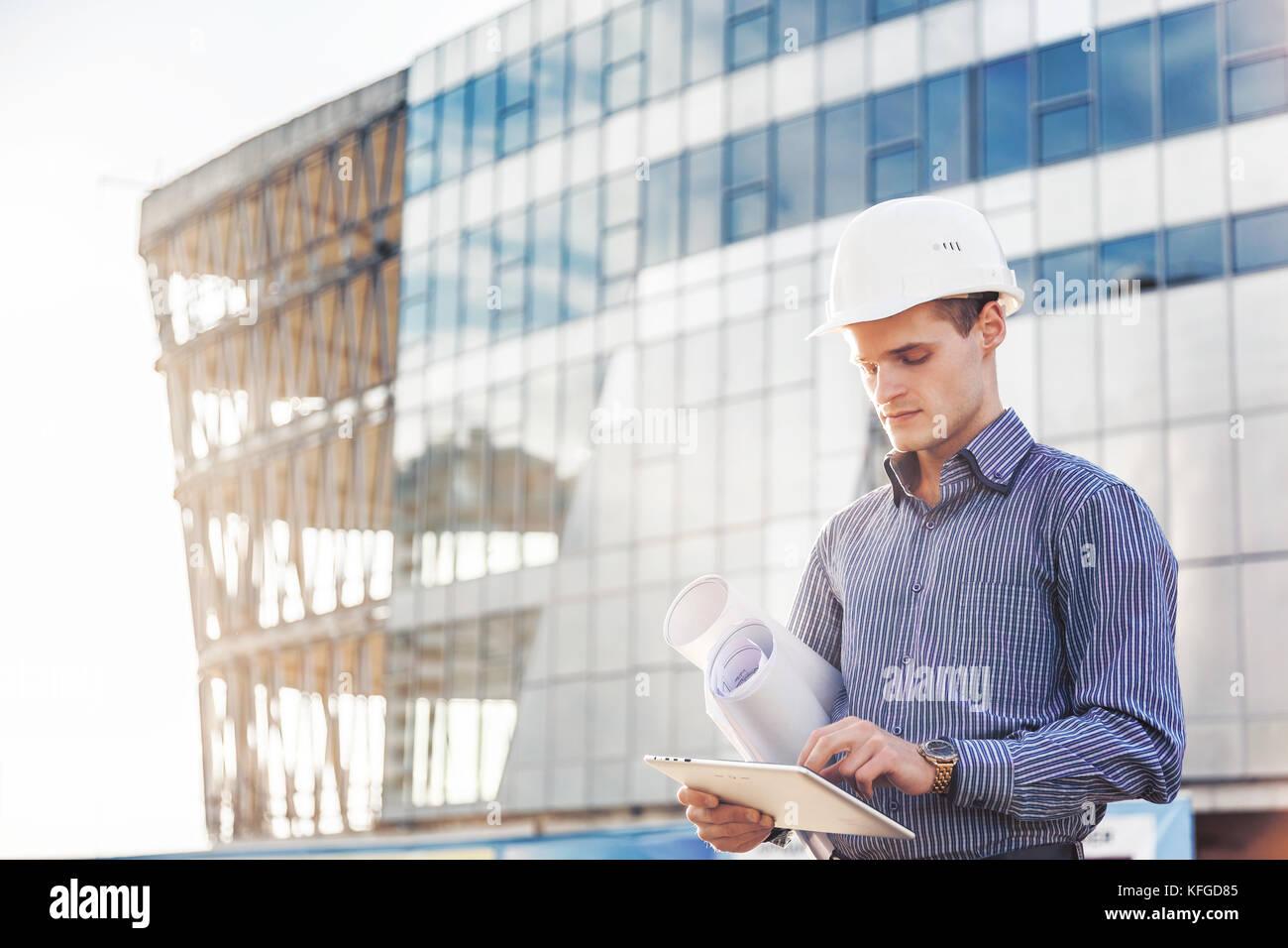 Portrait of young architecte ou ingénieur en chef utilise digital tablet sur le site de construction Photo Stock