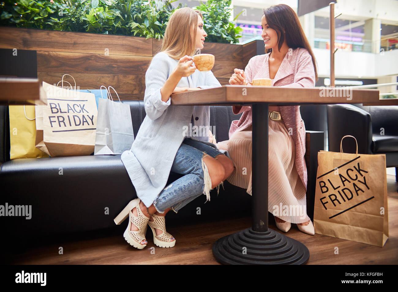 Les jeunes femmes dans le café du centre commercial Photo Stock