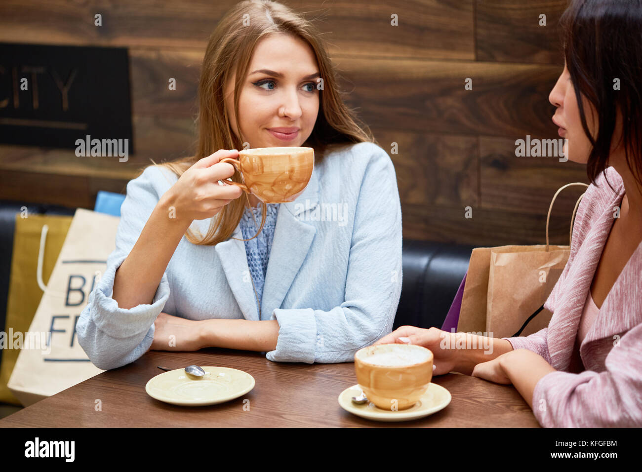 Les jeunes femmes dans un café au centre commercial Photo Stock