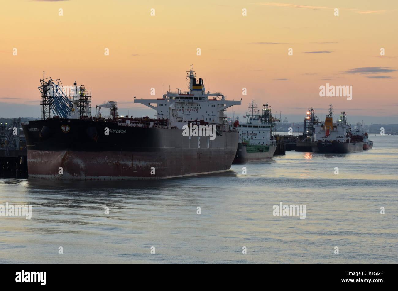 Très grands pétroliers et gaziers aux côtés des navires au terminal maritime à fawley raffinerie sur le bord de l'eau southampton débarqué du pétrole brut. Banque D'Images