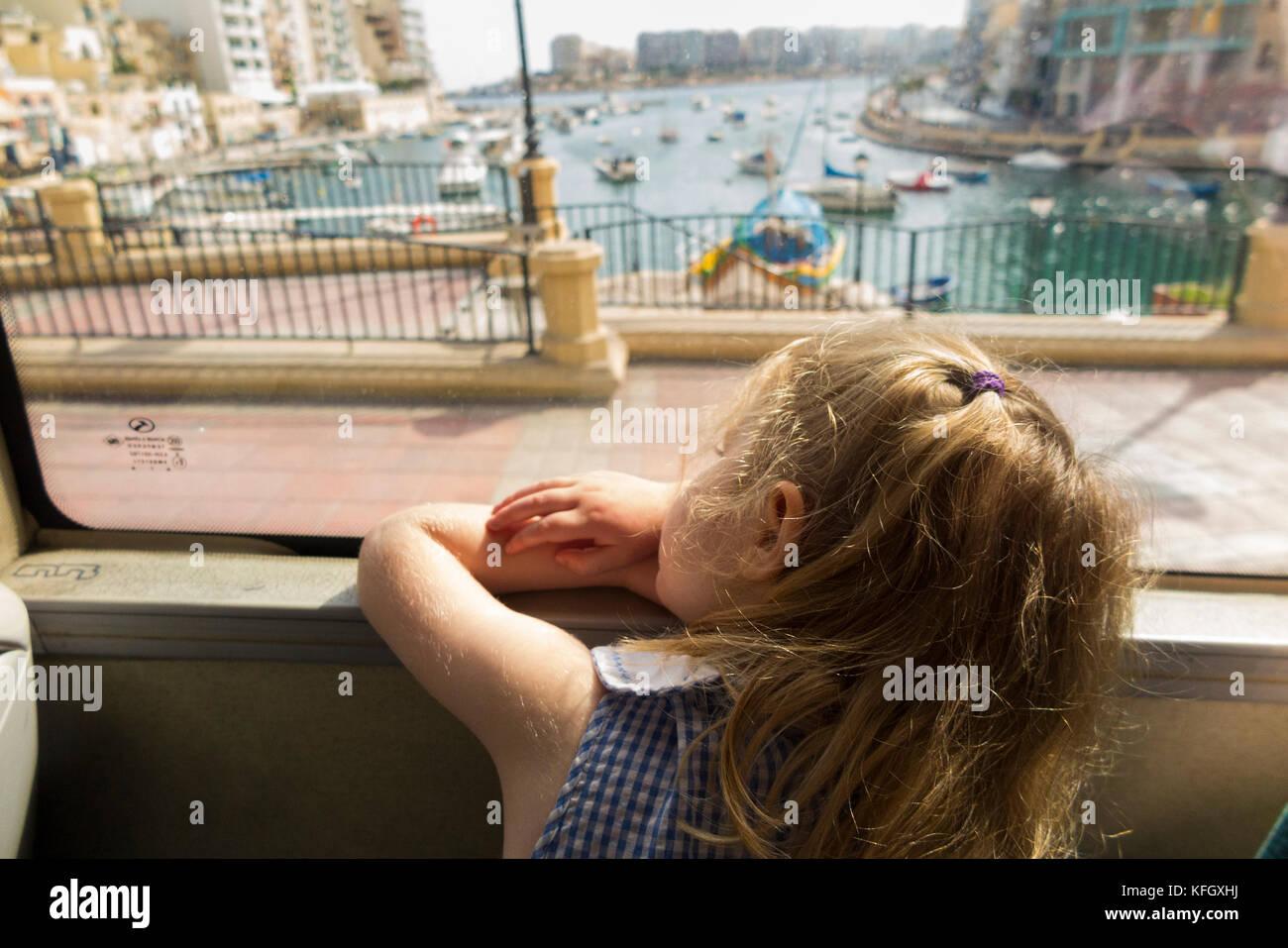 Trois ans, fille / enfant / passager / passagers voyageant sur un bus public / en utilisant les transports publics Photo Stock