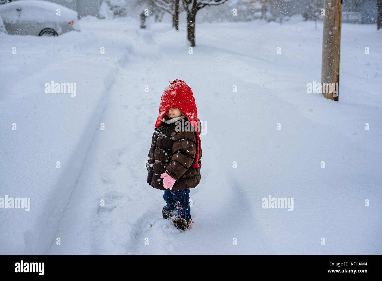 2 à 3 ans, debout dans la neige Banque D'Images