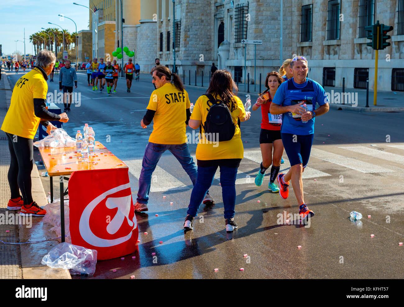 Bari Italie 29 Octobre 2017 Marathon Race Les Coureurs Sur Route Donner De L Eau Benevolat Sur Point De Rafraichissement Credit Vitantonio Caporusso Alamy Live News Photo Stock Alamy