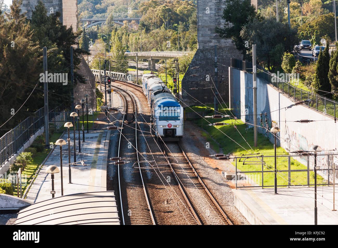 Train qui passe sous l'Aqueduc de l'eau libre - Lisbonne Photo Stock
