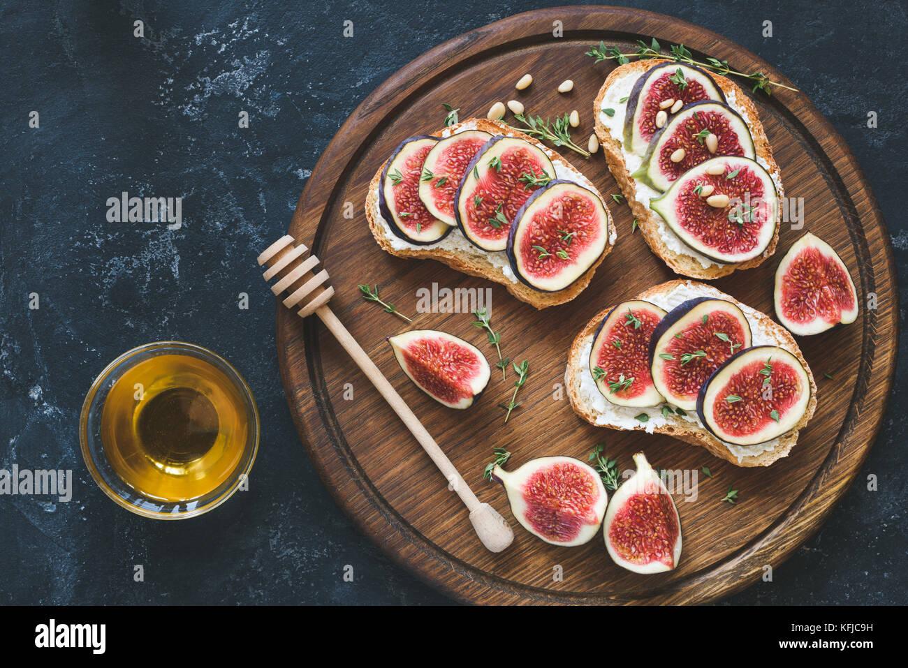 Fresh fig et velouté avec set de pignons de pin, le miel et le thym. Apéritif gourmand, une collation Photo Stock