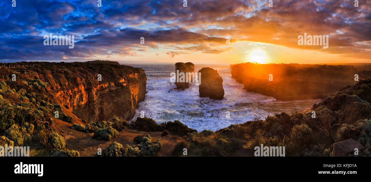 Coucher du soleil orange sur horizon de mer au large de Loch Ard lookout sur Great Ocean Road douze apôtres Photo Stock