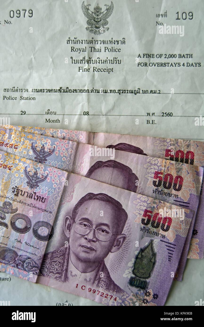 Communiqué de l'amende de la police royale thaïlandaise pour un visa de visiteur, avec la devise thaïlandaise Photo Stock