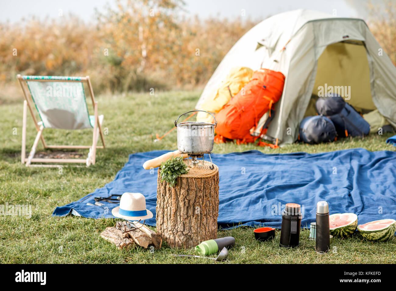 Camping avec tente et matériel à l'extérieur Banque D'Images