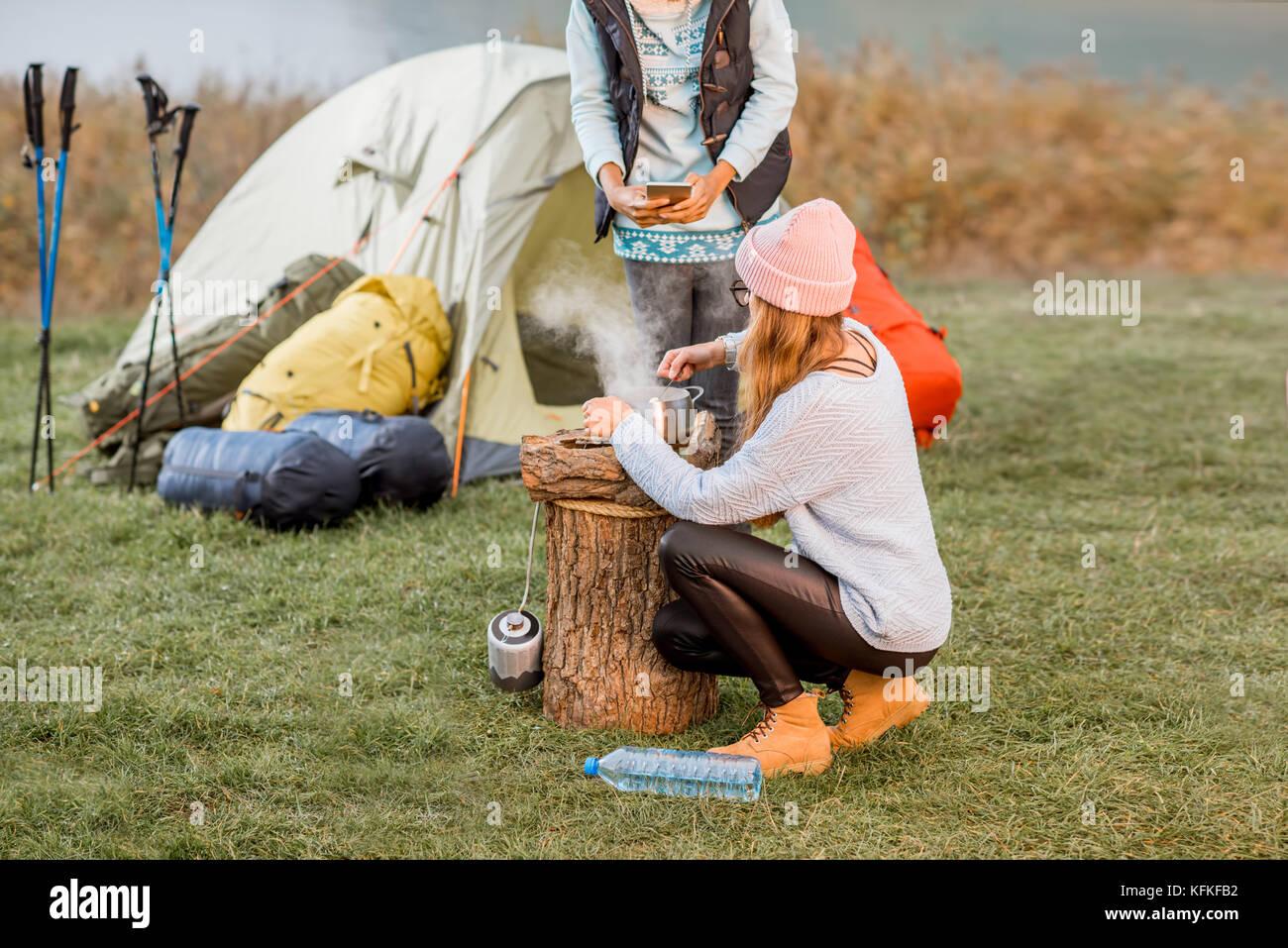 Les femmes à la cuisson des aliments au camping Photo Stock