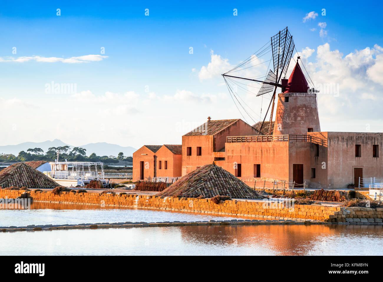 Marsala, Italie. Lagune du Stagnone avec vintage moulins à vent et saline, province de Trapani, en Sicile. Photo Stock