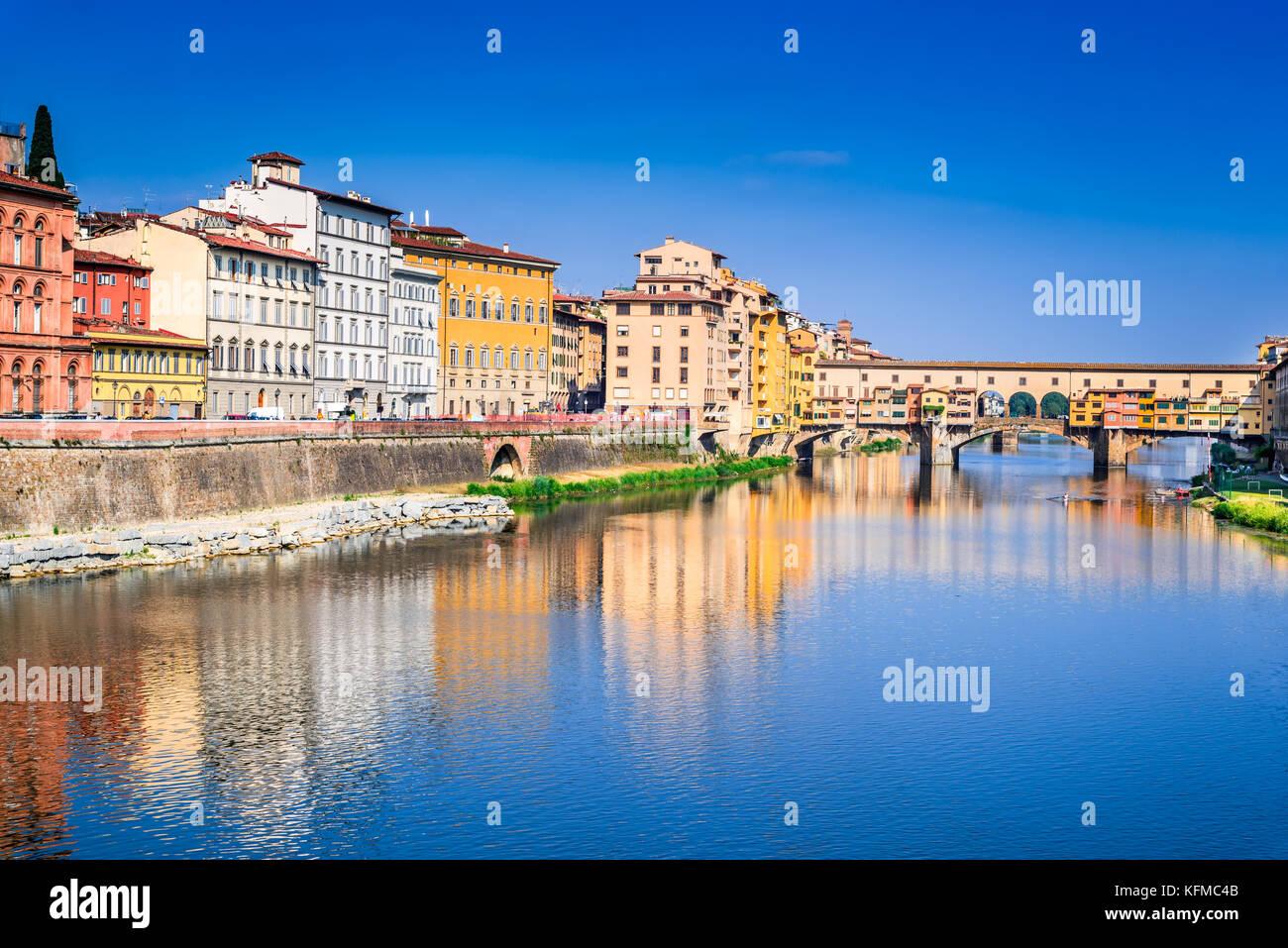 Florence, Toscane - le Ponte Vecchio, pont médiéval sunlighted sur l'Arno, Italie. Photo Stock