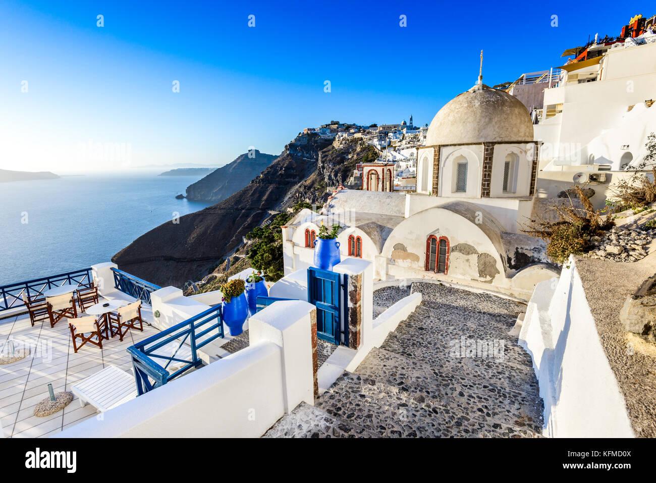 Santorin, Grèce. Fira, à l'ancienne église grecque et la caldeira, la mer Égée à Photo Stock