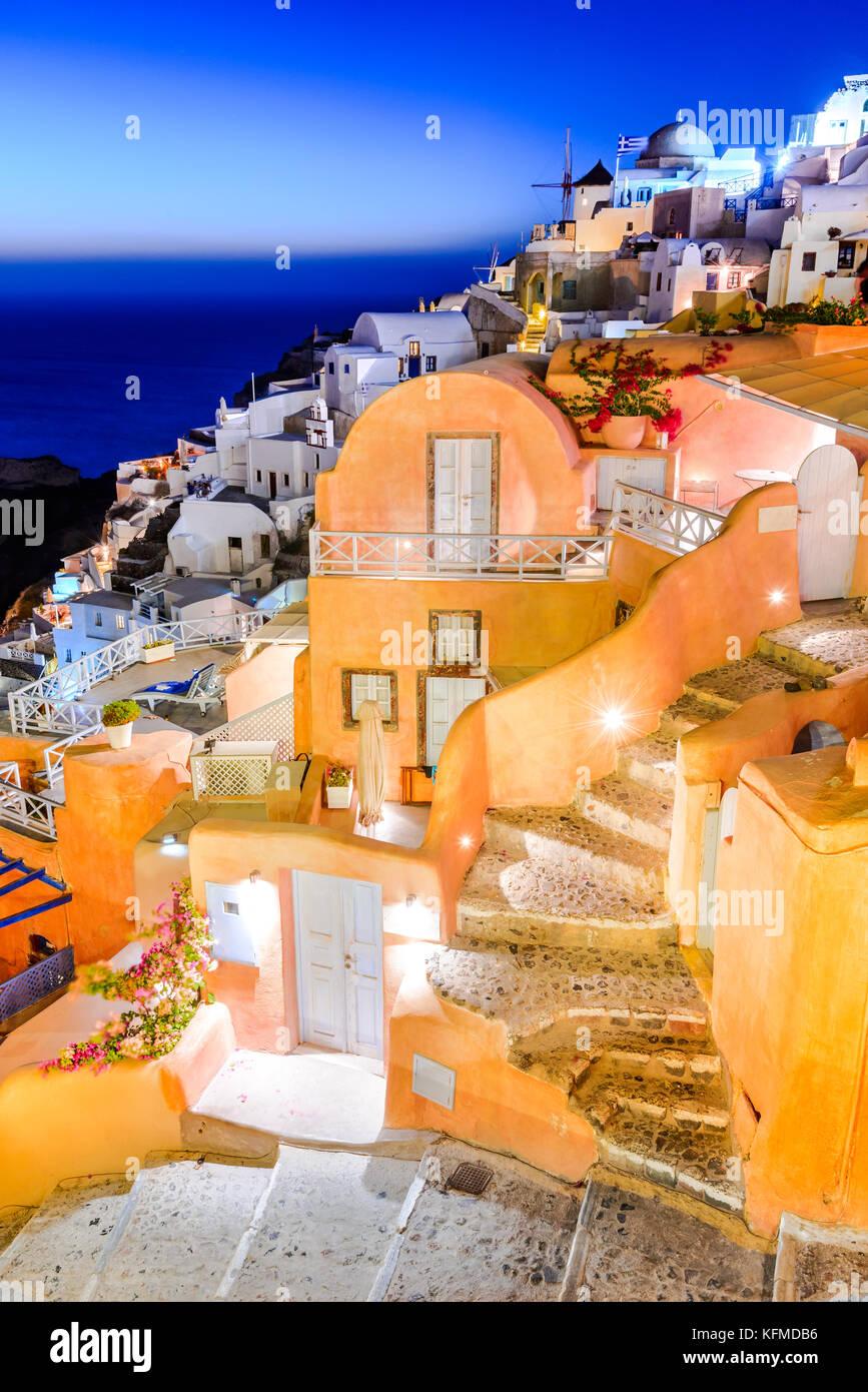 Oia, SANTORIN - Grèce. L'attraction de l'idyllique village blanc avec des rues pavées et des moulins Photo Stock