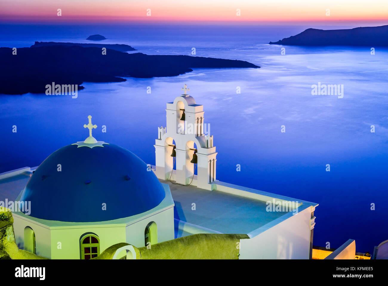 Santorin, Grèce. Firostefani twilight avec l'ancienne église grecque et caldera à la mer Egée. Photo Stock