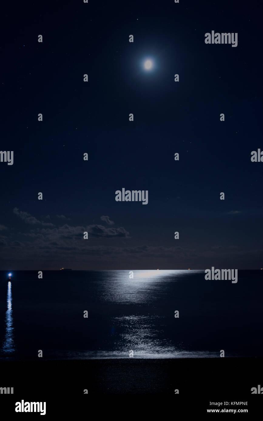 La lune reflète sur la surface de la mer Banque D'Images