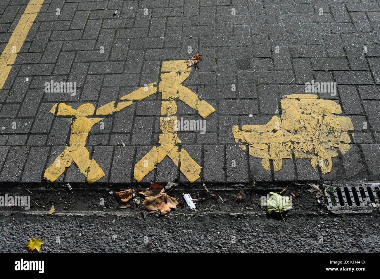 Parent et Enfant ou famille de parking peint en jaune les marques routières. Photo Stock