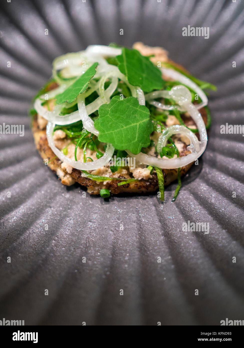 Crêpes de pommes de terre et de seigle cuit par pai palt de bifångst holmberg, un siège deux restaurant Photo Stock