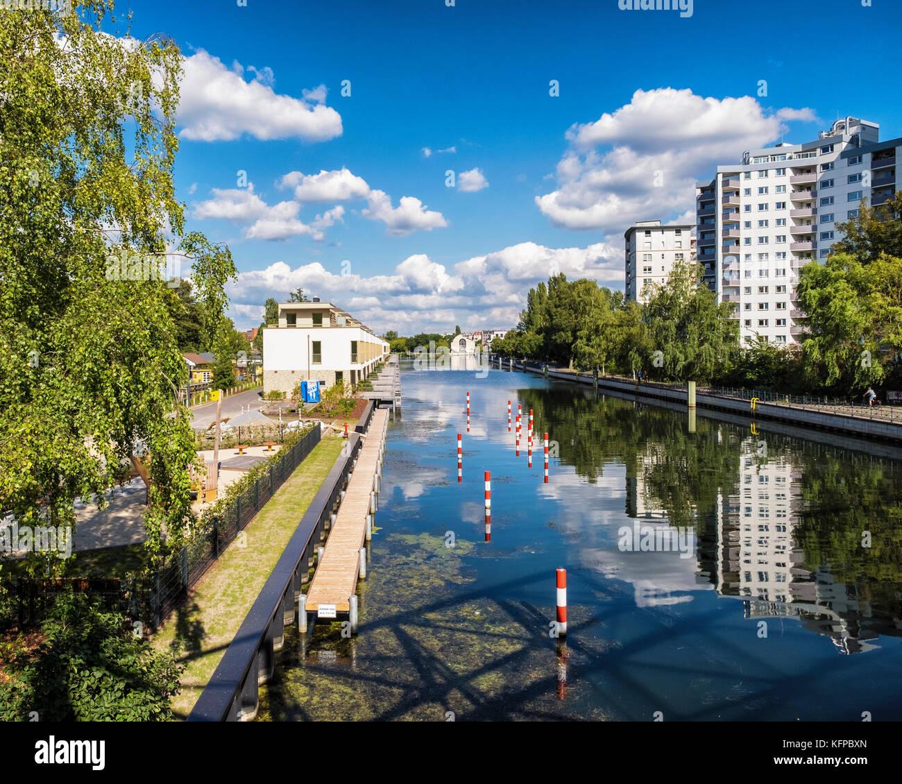 Le lac de Tegel Berlin,Angleterre,moderne,nouvelles maisons de luxe avec toiture terrasse et amarrage bateau salon Photo Stock