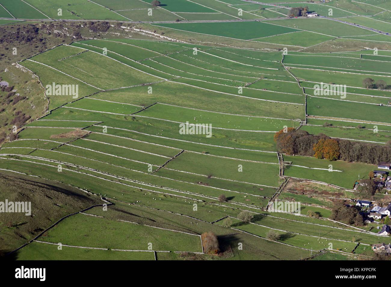 Vue aérienne des terres agricoles avec des murs en pierre sèche dans le Peak District, Angleterre Photo Stock