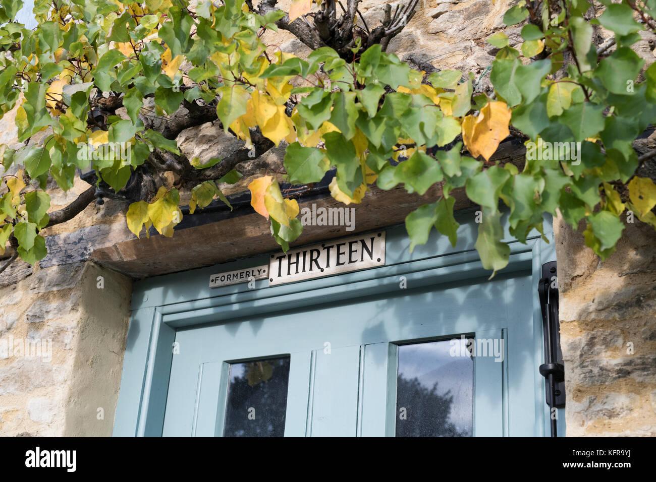 Anciennement treize de la porte du chalet sign in Aynho, South Northamptonshire, Angleterre Photo Stock