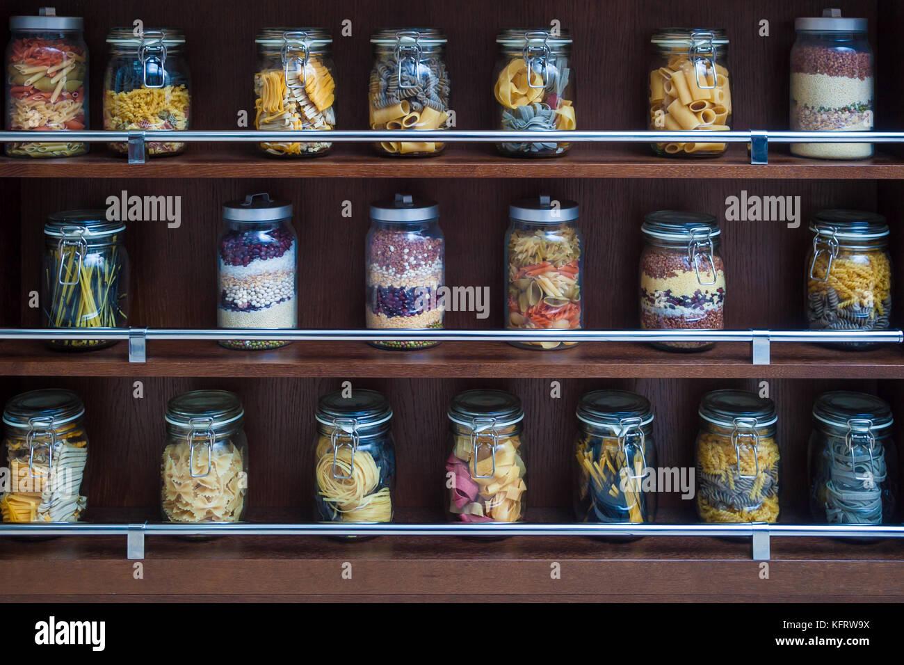 Sur les étagères en bois sont en pots de verre avec différents