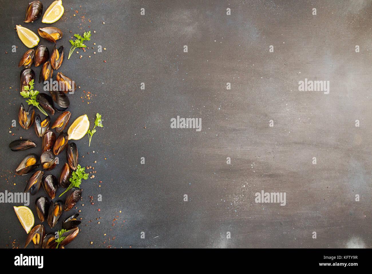 Passage de ligne de moules plumeuse avec citron et persil. Concept d'aliments sains. Copier l'espace. Vue Photo Stock