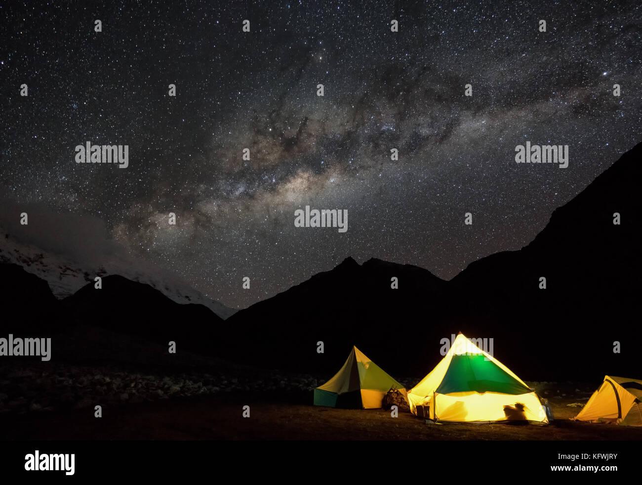 Ciel étoilé et la Voie Lactée sur le camp de base de l'Ishinca, Pérou Photo Stock