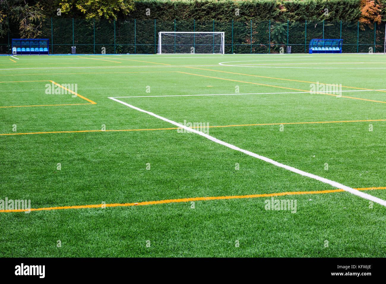 Vue sur le terrain de soccer avec des lignes peintes sur thegrass goalto et bas Photo Stock