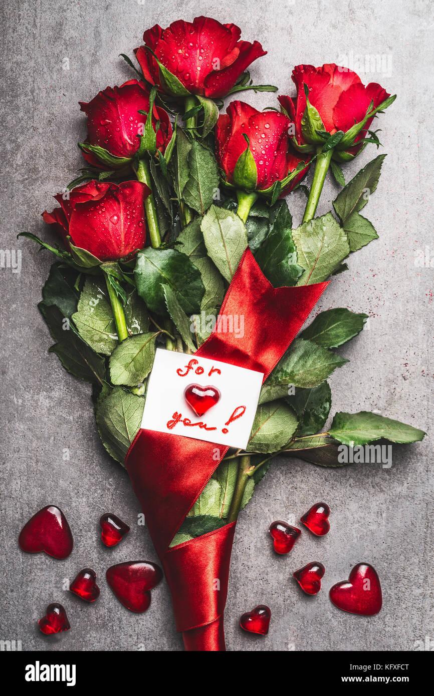 Magnifique Bouquet De Roses Rouges Avec La Boucle Et Carte