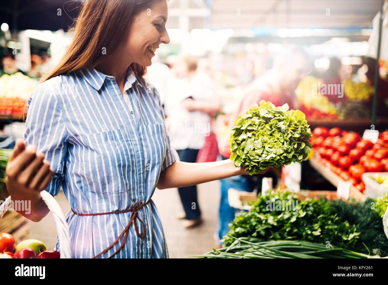 Photo de femme au marché acheter des légumes Photo Stock