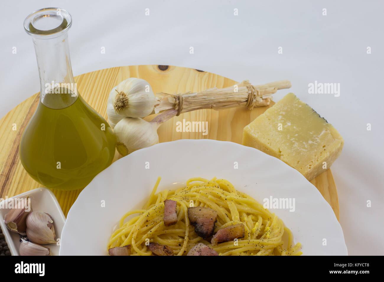 Spaghetti carbonara avec du fromage, de l'huile d'olive, l'ail et le poivre. Banque D'Images