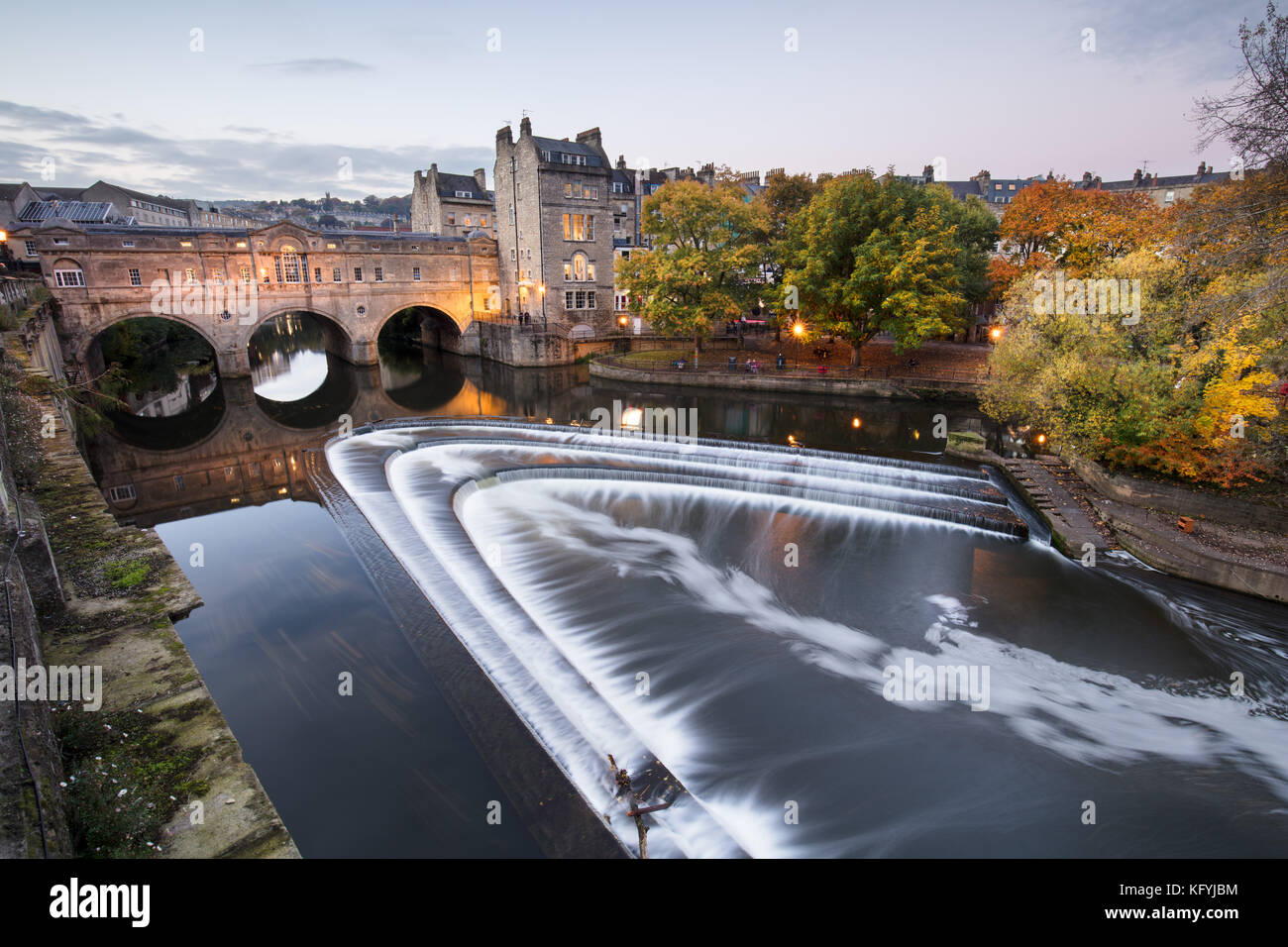 Pulteney Bridge, sur la rivière Avon, d'un point de vue populaire dans la ville de Bath, Angleterre Photo Stock