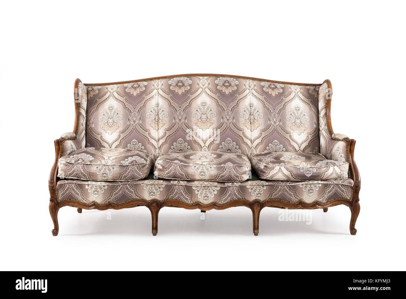 Canapé ancien en bois sur fond blanc. Photo Stock