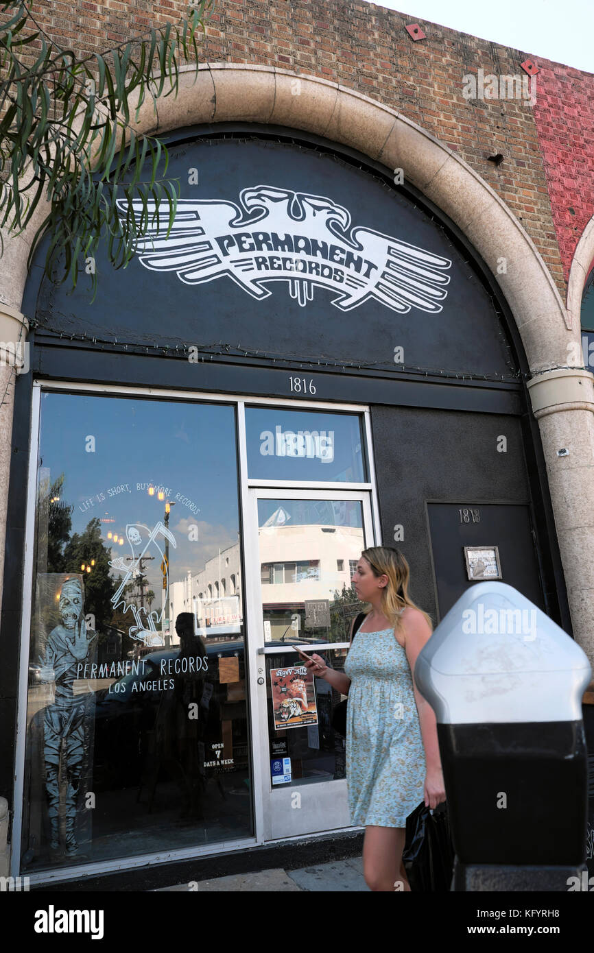 Femme marche passé archives permanentes store sur Sunset Boulevard dans Echo Park, Los Angeles Californie KATHY Photo Stock