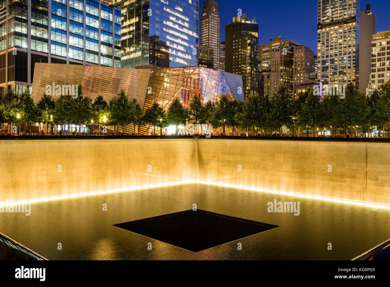 L'Amérique du miroir d'eau au crépuscule lumineux avec vue sur le 9/11 Memorial & Museum. Photo Stock