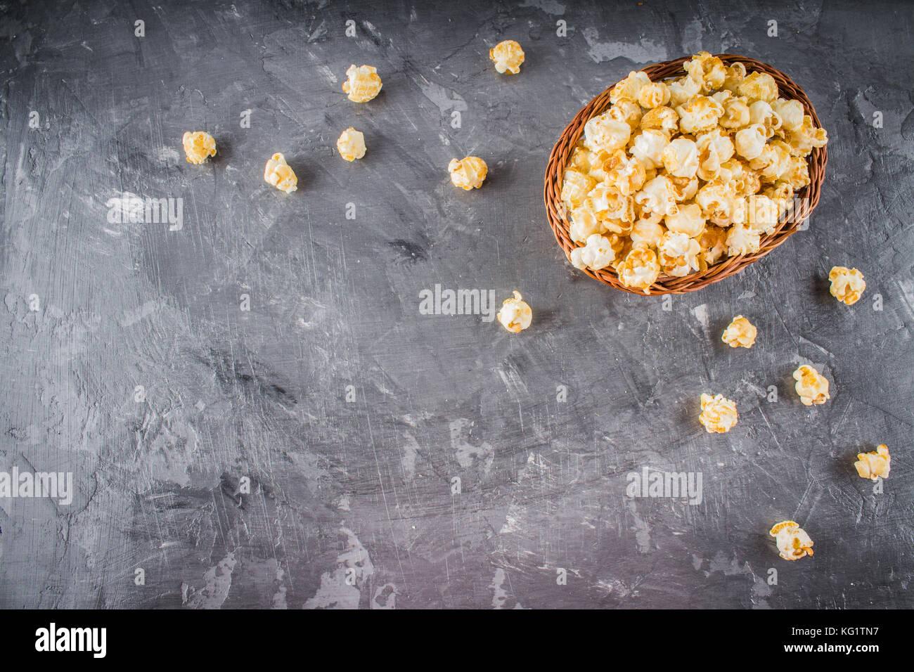 Popcorn sur un fond gris. Photo Stock