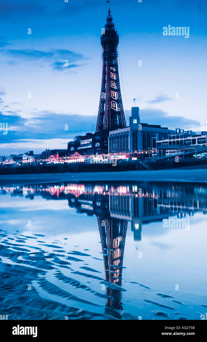 La tour de Blackpool est éclairée la nuit Photo Stock