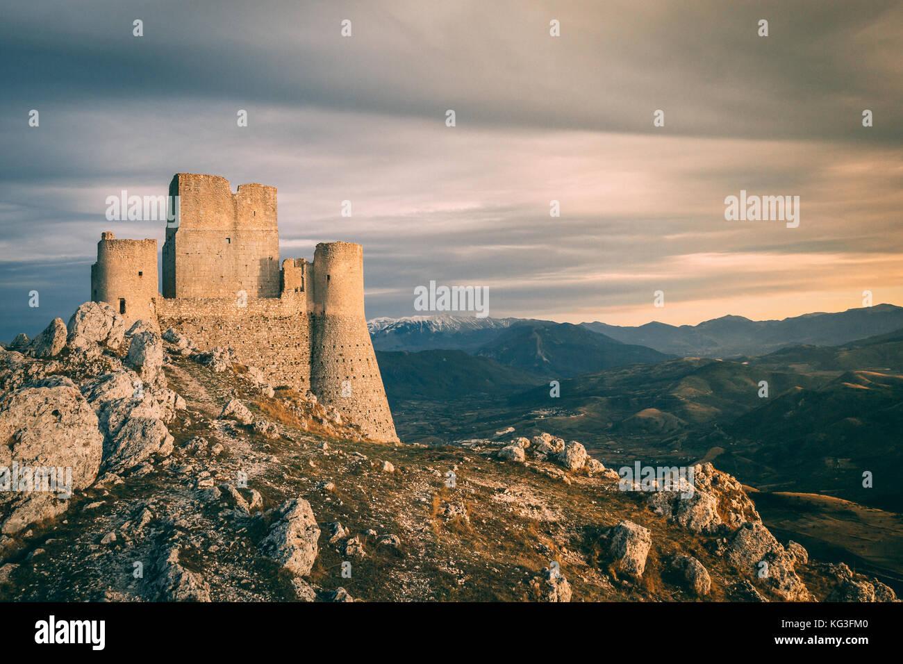 Les collines de la chaîne de montagnes des Apennins de vus de Rocca calascio, avec Santa Maria della Pietà. Photo Stock