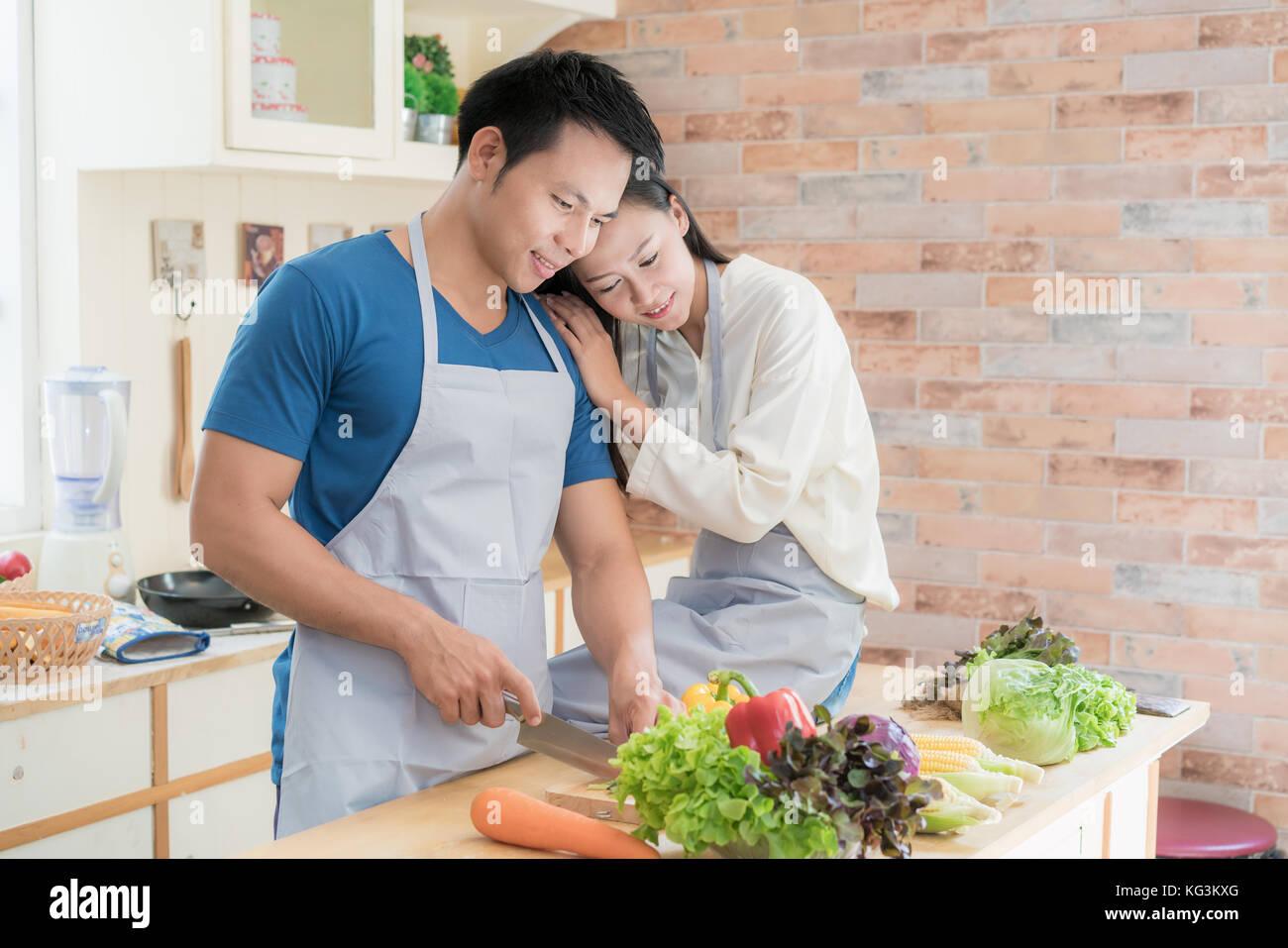 Young Asian couple preparing food ensemble au comptoir de cuisine. heureux couple love concept. Photo Stock