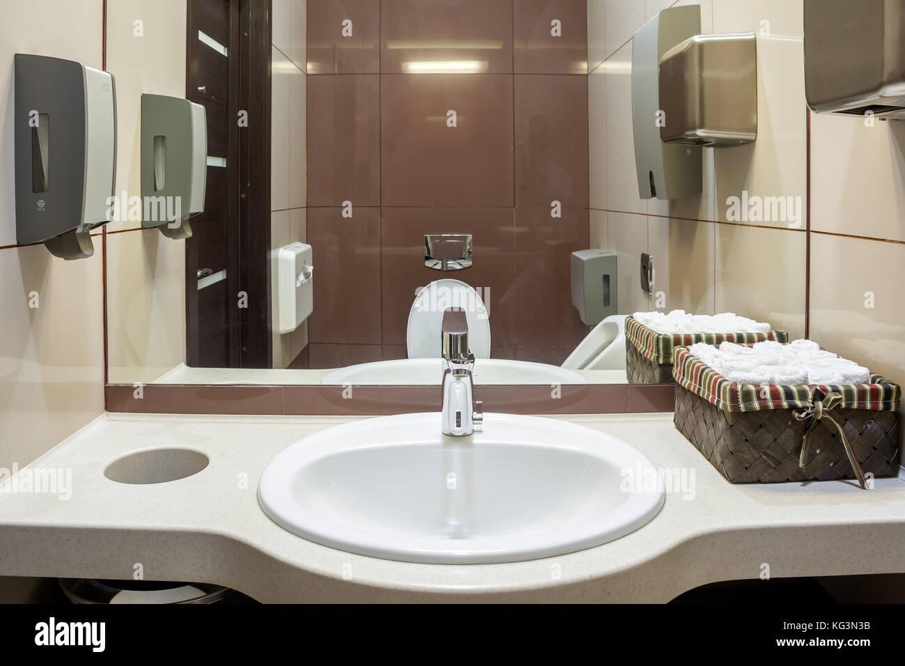 Grand Lavabo Blanc Dans Les Toilettes Avec Des Serviettes De Papier