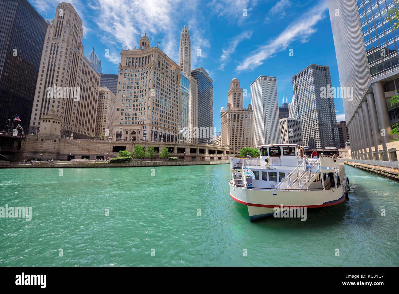 Les touristes bateau sur la rivière Chicago Photo Stock