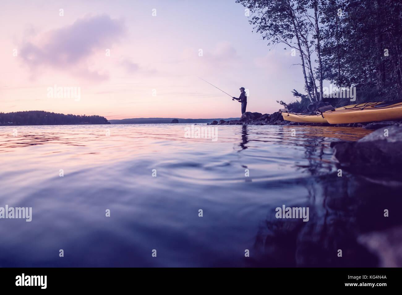 La pêche à un magnifique lac Photo Stock