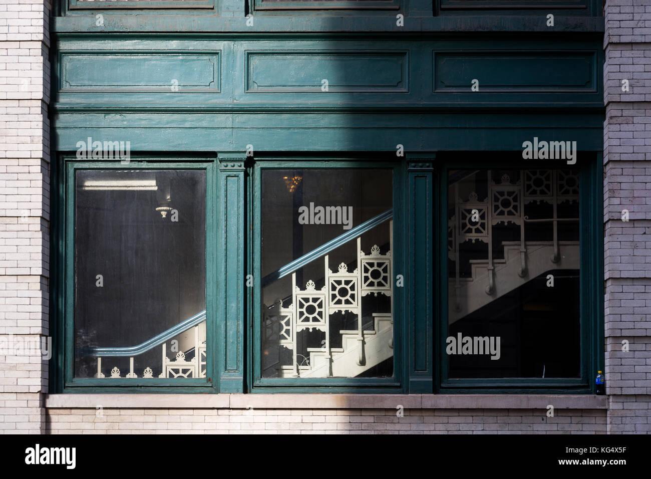 Détail de la fenêtre du bâtiment et l'escalier sur la 18e rue près de 6e avenue de new york. Photo Stock