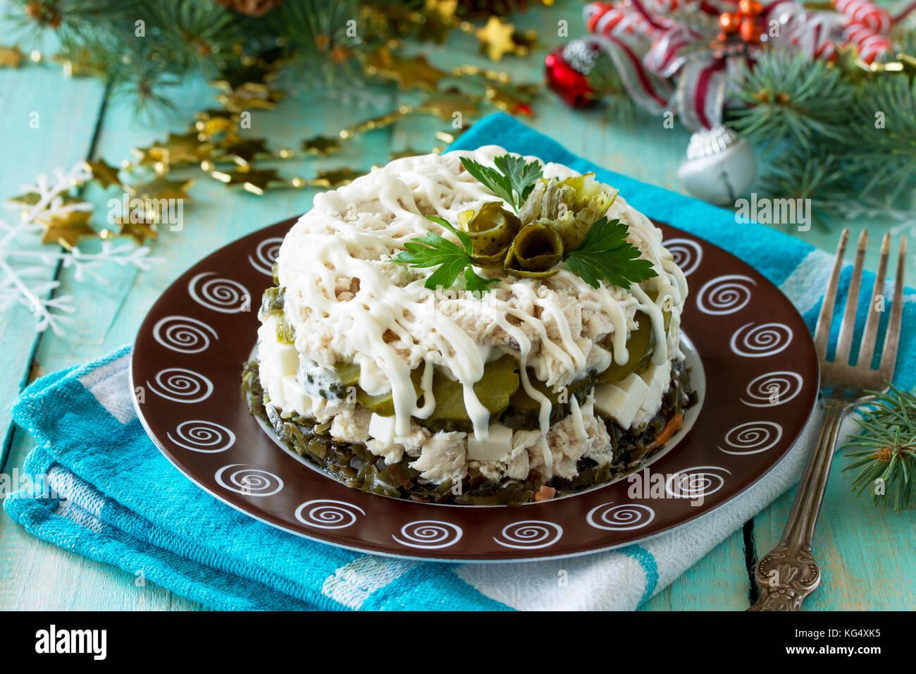 Accueil snack sur la table en bois. Cuisine avec salade de poulet, le riz et le chou de mer. Photo Stock