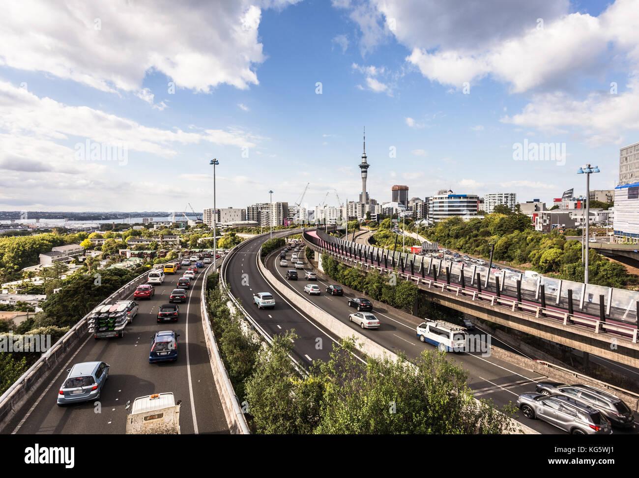 Trafic lourd le long de la jonction de plusieurs autoroutes spaghetti dans Auckland, Nouvelle-Zélande plus Photo Stock